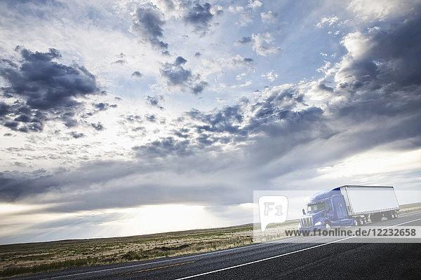 kommerzieller Lastwagen  der durch das hohe Wüstenland im Osten von Washington fährt  USA