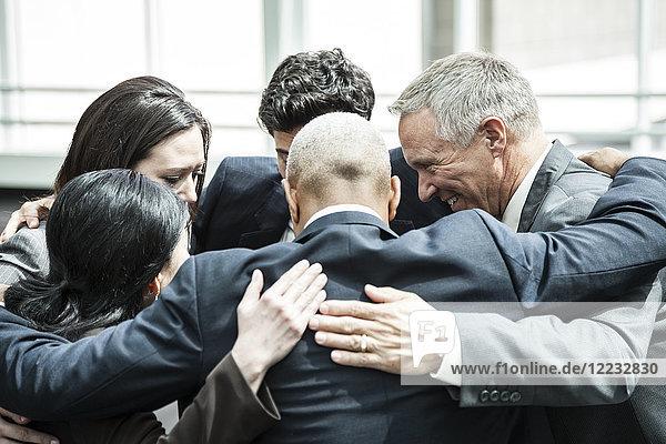 Gemischtrassige Gruppe von Geschäftsleuten in einem informellen Teambuilding-Treffen.