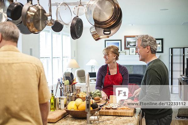 Älteres Ehepaar bei einer Dinnerparty zu Hause.