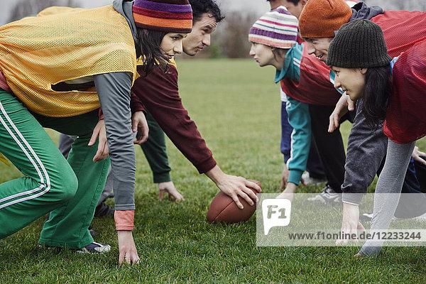 Zwei befreundete Mannschaften traten in einer Partie kontaktlosen Flaggenfussballs gegeneinander an.