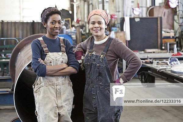 Schwarzes Frauenteam von Fabrikarbeiterinnen in einer Blechfabrik.