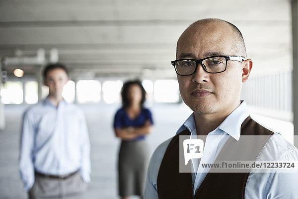 Portrait eines gemischtrassigen Teams von Geschäftsleuten in einem neuen leeren Büroraum.