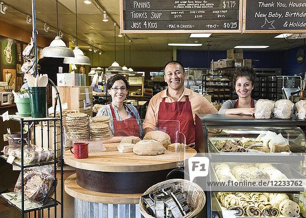 Ein spanischer Bäcker und seine Angestellten in der Bäckerei.