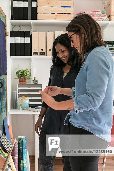 Weibliche Designprofis planen im Home-Office