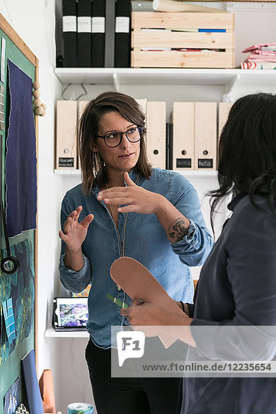 Weibliche Designprofis diskutieren im Home-Office