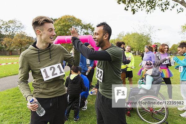 Männliche Läuferfreunde nach dem Charity-Lauf im Park