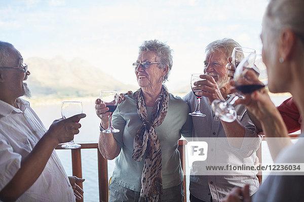 Glückliche aktive Seniorenfreunde beim Weintrinken