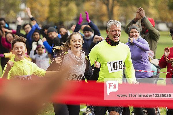 Begeisterter Familienlauf  kurz vor dem Ziel beim Charity-Lauf im Park