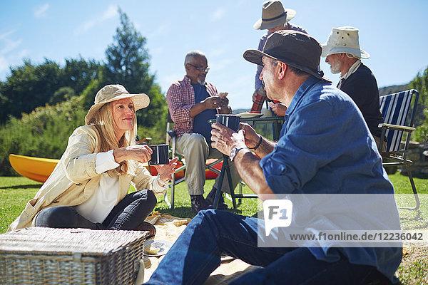 Aktive Seniorenfreunde beim sonnigen Sommerpicknick