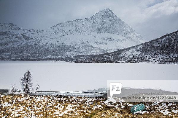 Ruhige  abgelegene  schneebedeckte Berge und Fjord  Austpollen  Hinnoya  Norwegen