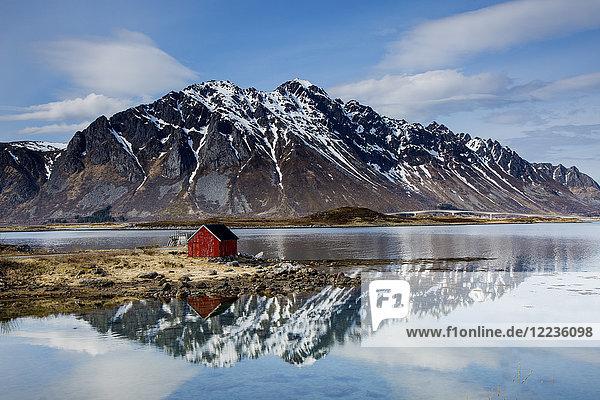Abgelegene Fischerhütte am Fjordufer unter den zerklüfteten Bergen  Kleppstad  Austvagoya  Norwegen