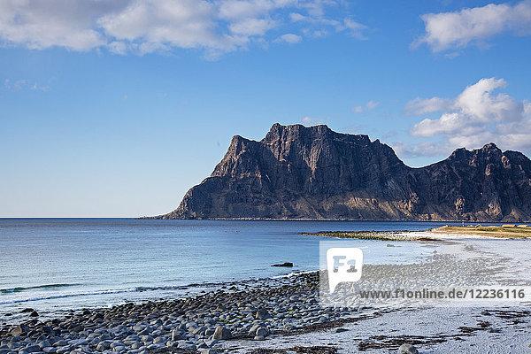 Klippen und abgelegener Meeresstrand  Utakliev  Lofoten  Norwegen