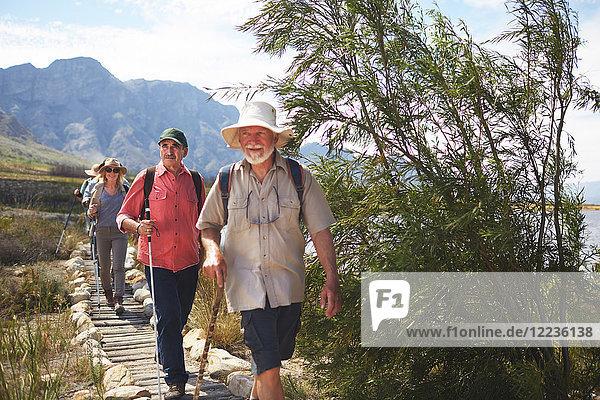 Aktive Seniorenfreunde beim Wandern auf dem Wanderweg
