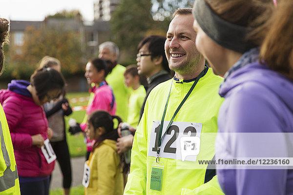 Lächelnder Läufer beim Benefizlauf