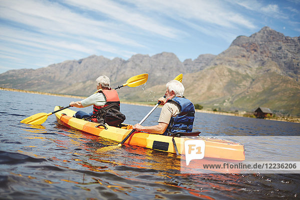 Aktives Kajakfahren für Senioren im sonnigen Sommersee