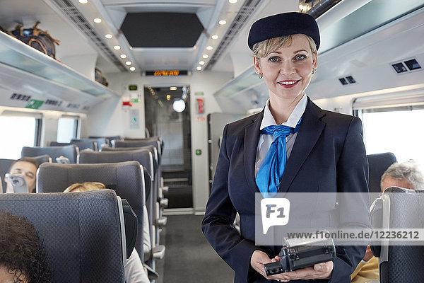 Porträt einer selbstbewussten Begleiterin im Personenzug