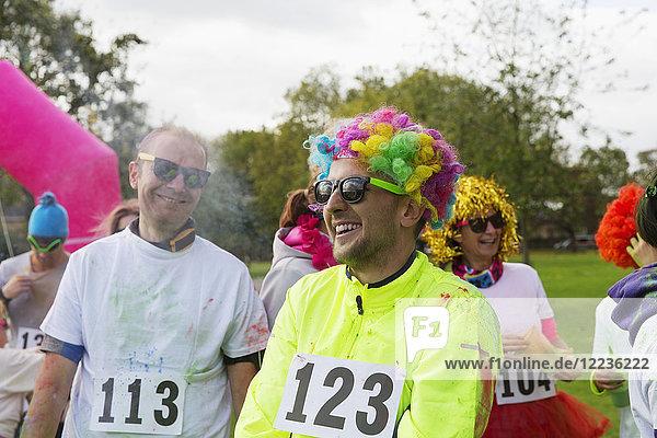Verspielter Läufer mit Perücke beim Charity-Lauf im Park