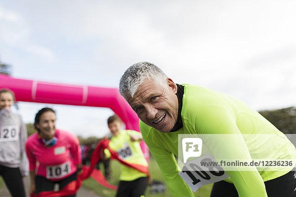 Porträt müder Marathonläufer ruhend