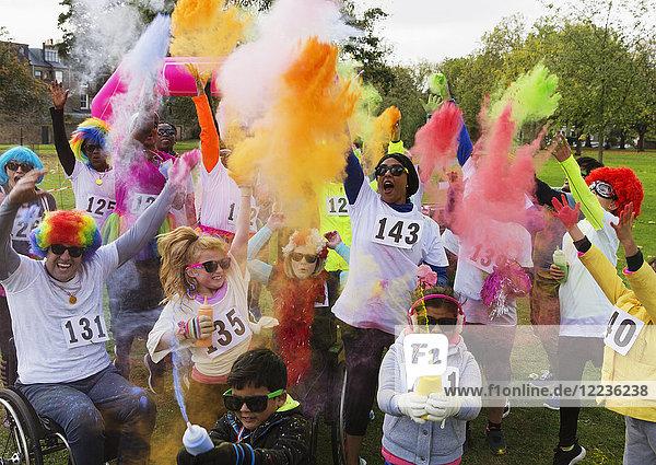 Verspielte Charity-Läufer beim Feiern mit holi powder in park