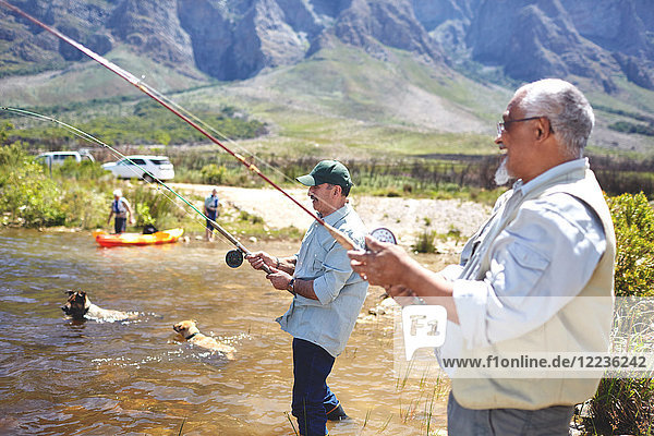 Aktive Seniorenfreunde beim Angeln am sonnigen Sommersee