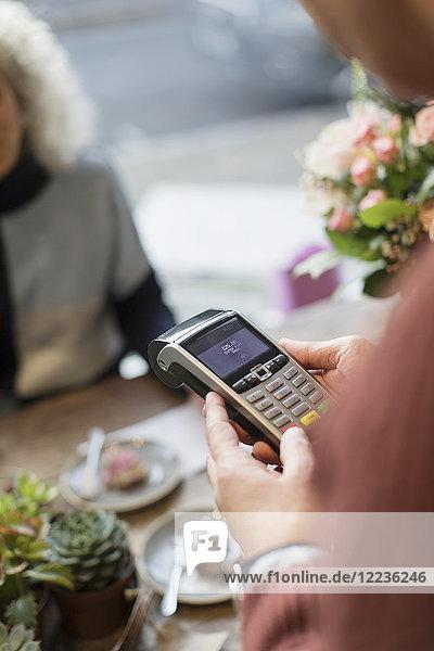 Kasse mit Kreditkartenleser im Café