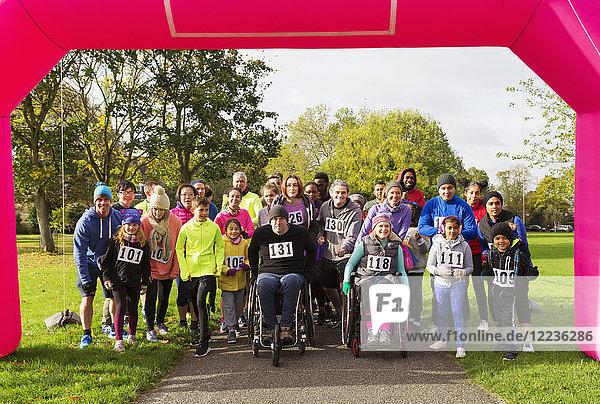 Porträt der Läuferinnen und Läufer am Start des Benefizlaufs