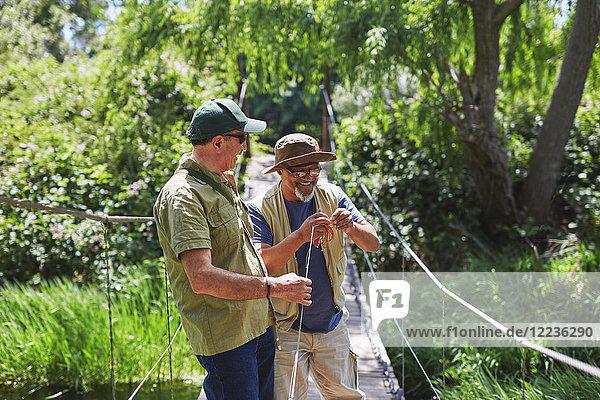 Aktive Seniorenfreunde beim Angeln auf dem Steg
