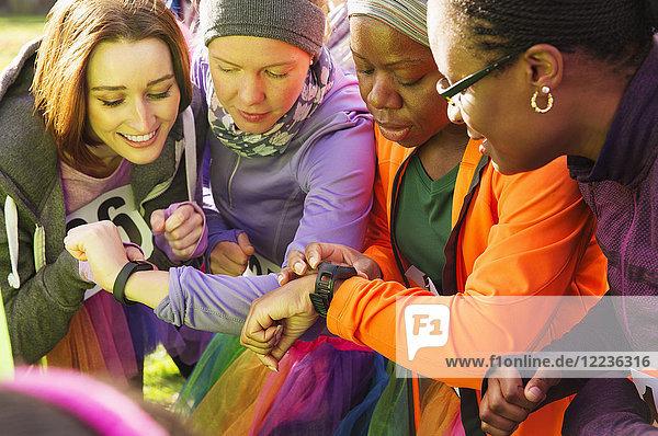 Läuferinnen prüfen smarte Uhren beim Benefizlauf