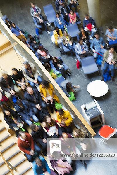 Defokussierte Overhead-Ansicht des Konferenzpublikums