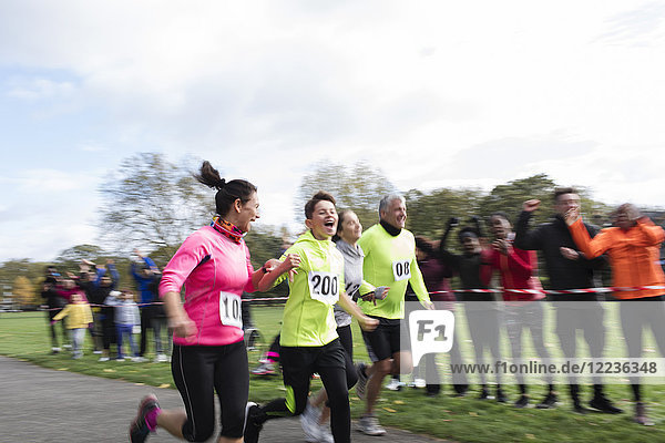 Begeisterte Familienläufer beim Benefizlauf im Park