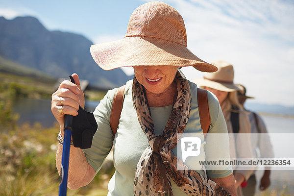 Aktive Seniorin beim Sonnenhutwandern