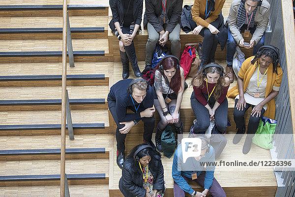 Overhead-Ansicht der Konferenzteilnehmer mit Kopfhörer