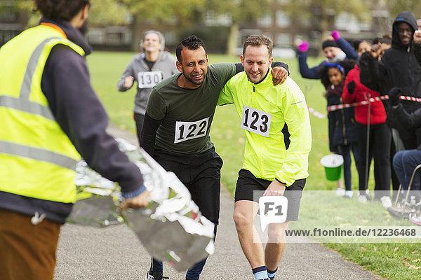 Läufer hilft Verletzten beim Marathonlauf