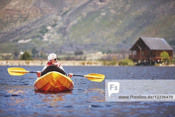 Senioren-Kajakfahren auf dem sonnigen Sommersee