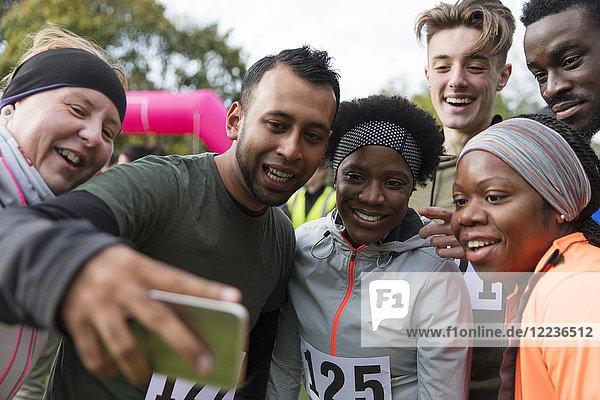 Freundschaftsläufer  die Selfie beim Charity-Lauf nehmen