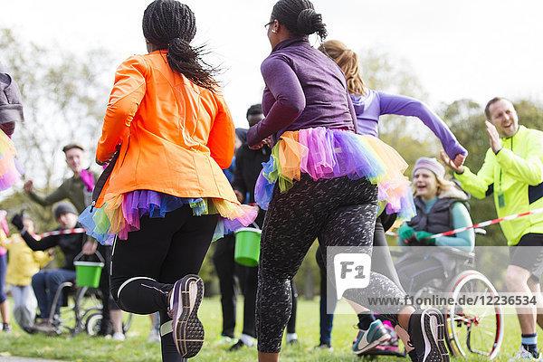 Läuferinnen  die im Tutus laufen