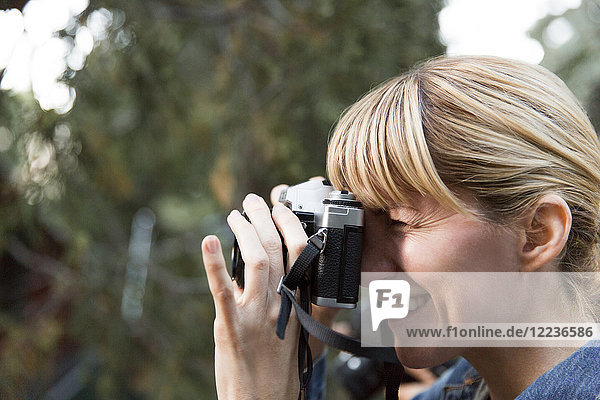 Lächelnde Frau mit Kamera