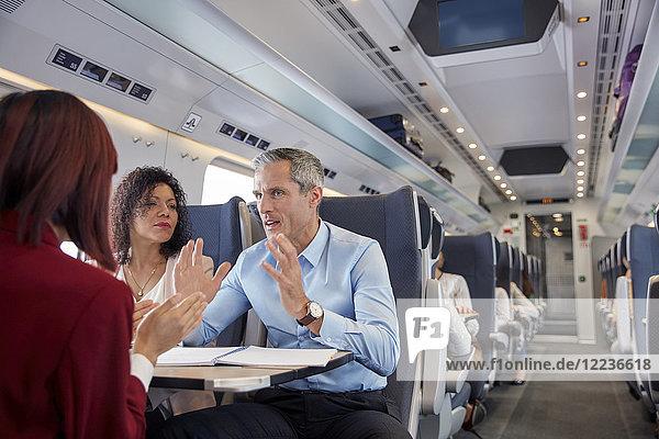 Geschäftsleute arbeiten  reden im Personenzug