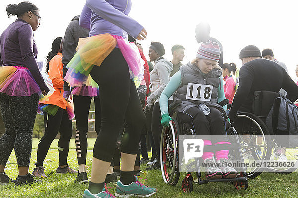 Frau im Rollstuhl beim Charity-Rennen im Park
