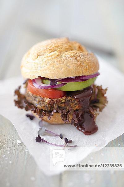 Veganer Bohnenburger mit Avocado und Brombeerketchup