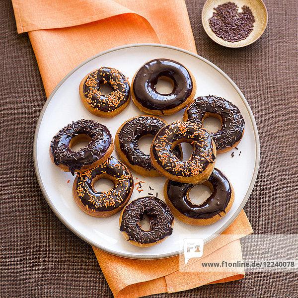 Doughnuts mit Schokoladenglasur zu Halloween