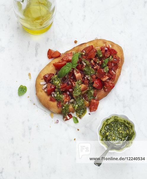 Tomaten-Bruschetta mit Pesto und Basilikum