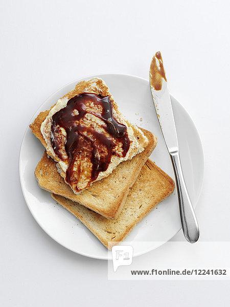Toast mit Marmite (Hefepaste)