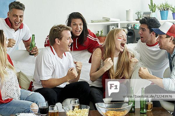 Englische Fußballfans sehen sich das Spiel zu Hause an
