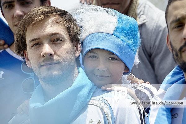 Vater und Sohn beim Fußballspiel,  Porträt