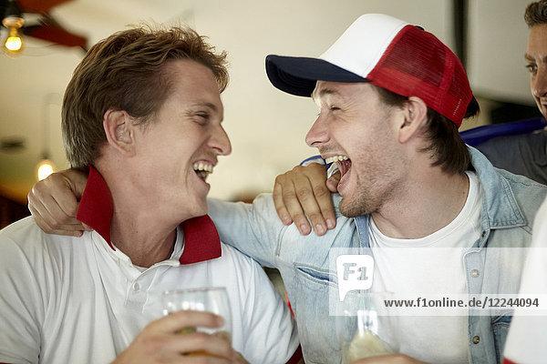 Sportbegeisterte feiern gemeinsam in der Bar