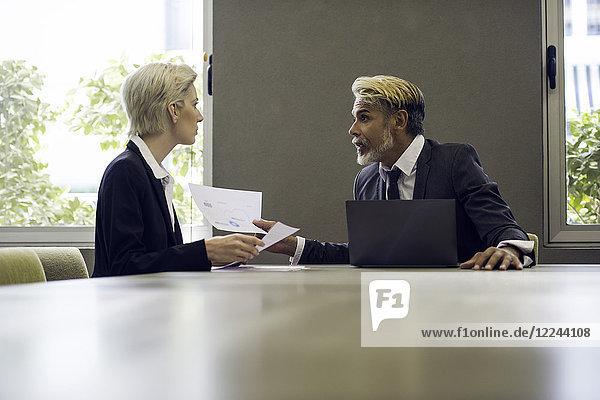Mann und Frau treffen sich im Amt