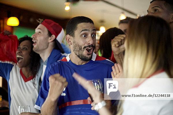 Französische Fußballfans feiern Sieg in der Bar