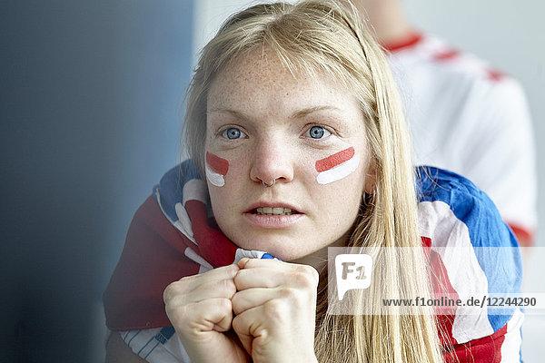 Britischer Fußballfan beobachtet Spiel im Haus