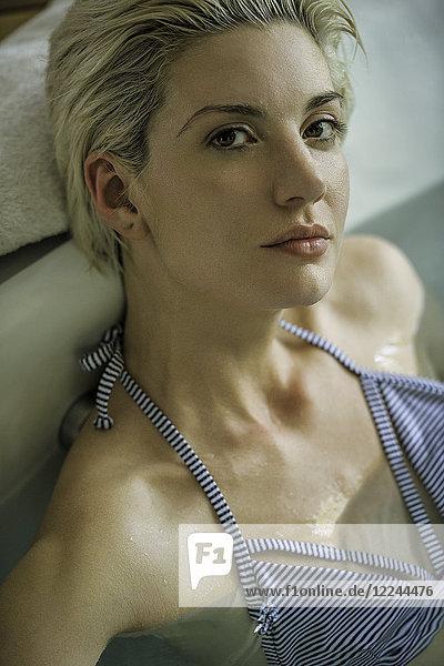 Frau in Badewanne einweichend